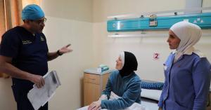 الخدمات الطبية تجري عملية لأميركية تعاني من تفتت عظام القدم