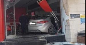 سيارة تقتحم مطعم في عمان.. صور