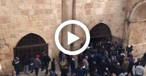المقدسيون ينجحون بفتح باب الرحمة المغلق من 16 عام.. فيديو
