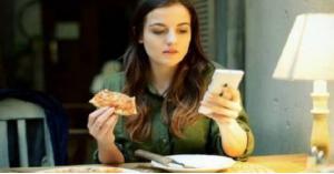 اضرار الهاتف خلال وجبات الطعام