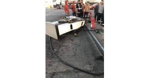 أردني يسحب مضخة وقود بعد تعبئة سيارته.. صور