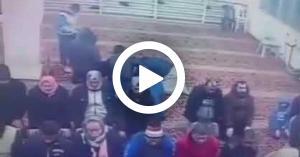 بالفيديو ابتلع لسانه أثناء الصلاة في عمان.. وهذا ما حصل به