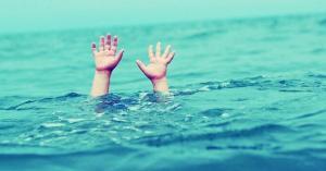 رجل امن ينقذ طفلا من الغرق