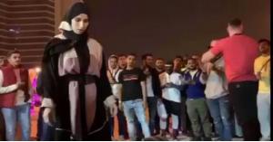 فتاة ترفع الأثقال في الشارع امام حشد كبير.. فيديو