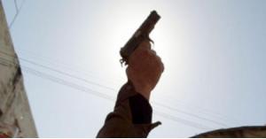 إصابة شاب بإطلاق نار وتحطيم لمركبات بمشاجرة في اربد.. صور