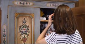 أصوات غريبة تصدر من خزانة فتاة تكشف عن مفاجأة صاعقة