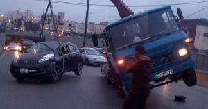 انقلاب ونش أثناء رفع مركبة عمّان في (صورة)