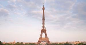 """فرنسا تحذر زوار برج """"إيفيل"""" من أمر غريب"""
