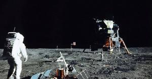 بريطاني يكشف خداعه في وضع علم بلاده على القمر
