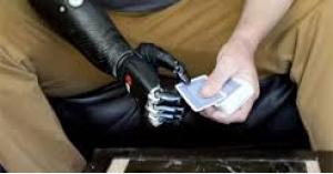 لمبتوري الأطراف.. ابتكار يد اصطناعية يمكنها الشعور بالأجسام