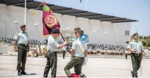 الملك يسلم علم جلالة القائد الأعلى