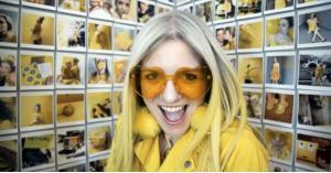 """""""المرأة الصفراء"""".. سيدة ترتدي اللون الأصفر في كل شيء.. (صور)"""