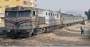شاهد بالفيديو والصور.. اصابات اثر خروج قطار عن القضبان بمصر
