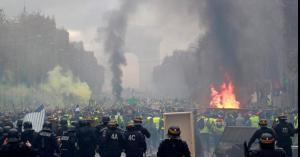 """غضب في مسيرة """"السترات الصفراء"""" يختلط بحريق نوتردام"""