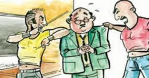 الحبس لولي أمر طالب اعتدى على معلم