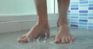 فوائد التبول أثناء الاستحمام