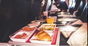حيل صادمة للمضيفات في طعام الطائرة
