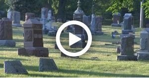 ذهبوا لزيارة قبر صديقهم.. فوجدوا رجلًا عاريًا في استقبالهم (فيديو)