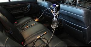 ضبط سائق يدخن الأرجيلة اثناء القيادة.. فيديو