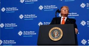 """رجل يقذف """"ترامب"""" بهاتف أثناء تقدمه لإلقاء خطاب.. فيديو"""