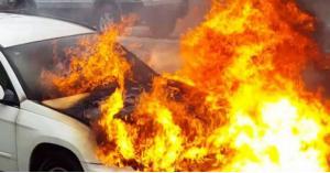 شاب يحرق سيارة قريبته