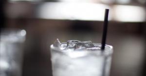 هل يفيد شرب الماء المثلج الصائمين؟