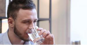 ماذا يحدث لجسمك عند شرب الماء بكثرة على السحور؟