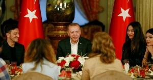 مسعود أوزيل وخطيبته يتناولان الإفطار مع أردوغان.. صور