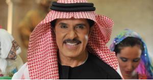 عبدالله بالخير يحرج مذيعة بقبلة على الهواء