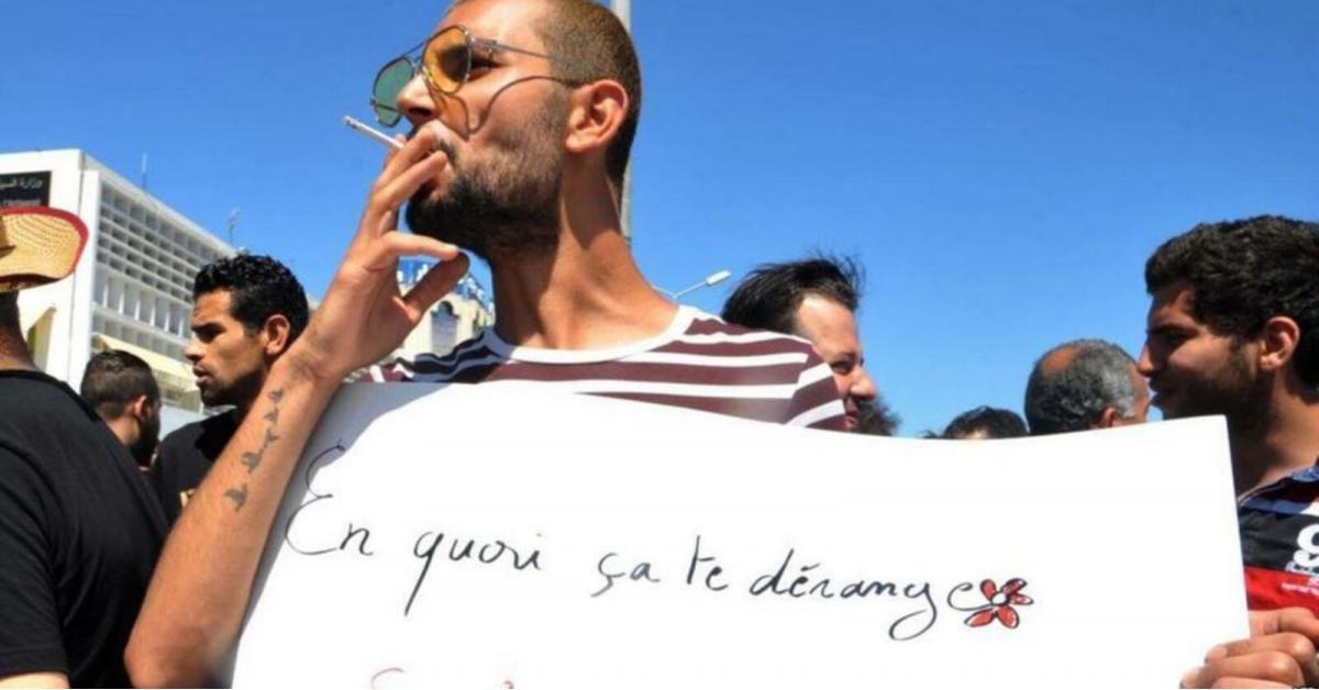 أستاذ تونسي يجاهر بإفطاره داخل قاعة التدريس.. بالتدخين وشرب القهوة