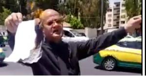 حملة دكتوراه يحرقون شهاداتهم أمام رئاسة الوزارء.. فيديو