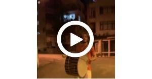 """""""مسحراتي رياضي"""" لاعب تركي يقرع الطبول في ليالي رمضان.. فيديو"""