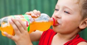 مضار المشروبات الغازية والكافيين على صحة الأطفال