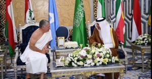 الملك يصل السعودية لحضور القمتين العربية والإسلامية مُحرما