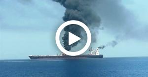 إيران تبث فيديو لنيران مشتعلة بإحدى السفينتين في خليج عُمان