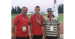 """الحواتمة يهنئ الدركي """"المقابلة"""" بعد فوزه ببرونزية 5000 متر، في بطولة تونس الدولية المفتوحة (الجائزة الكبرى)"""