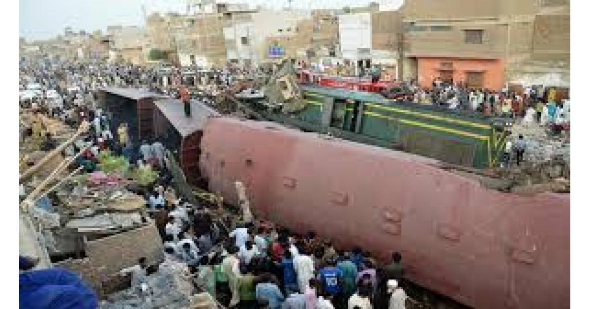 عشرات القتلى والجرحى في اصطدام قطارين بباكستان