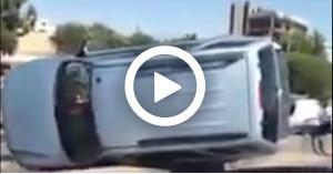 بالفيديو... انقلاب مركبتين بالقرب من الدوار السابع