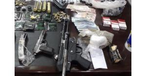 إربد: ضبط مطلوباً بحوزته أسلحة ومخدرات