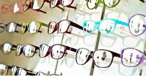 حظر بيع العدسات والنظارات خارج المراكز التجميلية والطبية