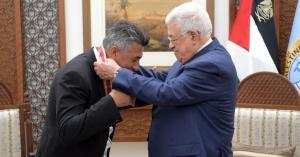 """الرئيس الفلسطيني محمود عباس يقلد صوت الأردن الفنان عمر العبداللات وسام الثقافة والعلوم والفنون """"مستوى التألق"""""""