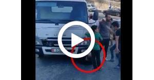 مواطن يرمي نفسه أمام سيارة الامانة (فيديو)