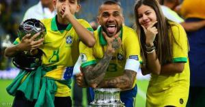 داني ألفيس يعود للبرازيل بعد غياب 17 عاما