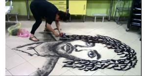 حلاق يرسم لوحات فنيه بشعر زبائنه