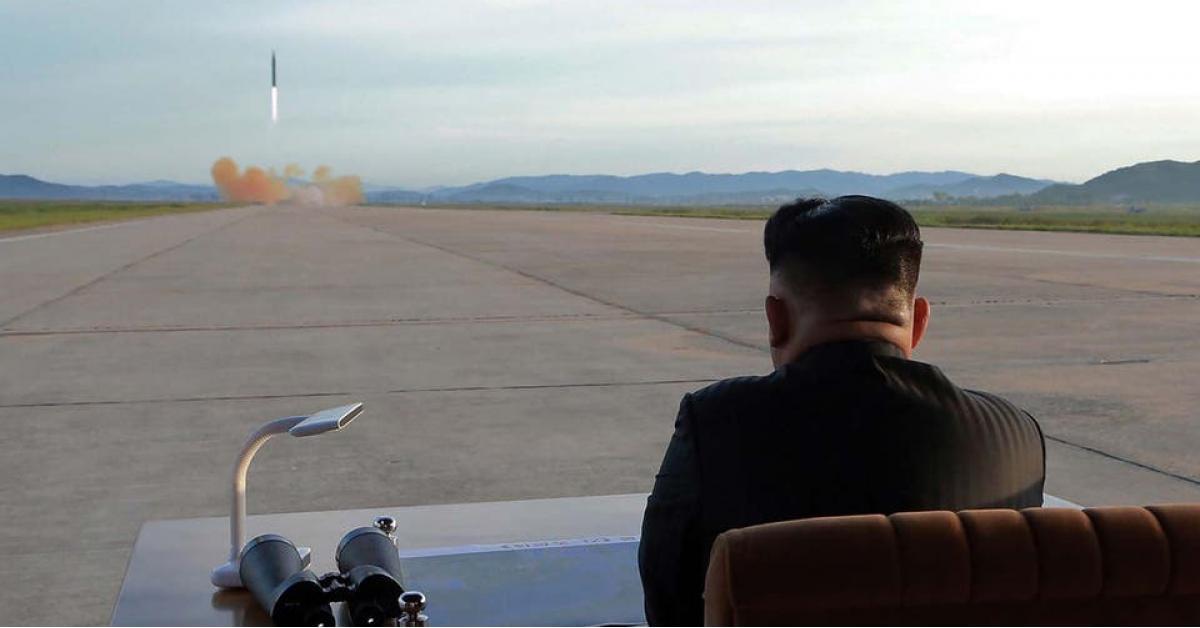 زعيم كوريا الشمالية يشرف على اطلاق صواريخ جديدة