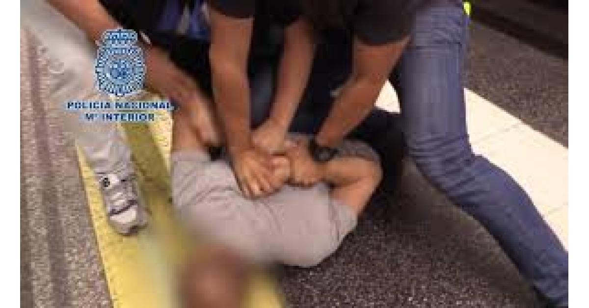 القبض على رجل ينشر صور الفتيات على مواقع اباحية