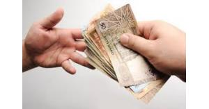 سيدة توزع المال بشارع عام في عمّان !