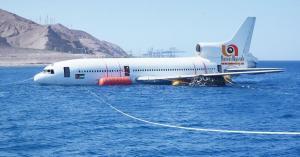 بالصور : العقبة الخاصة تغرق طائرة مدنية لخلق موقع غوص سياحي اصطناعي جديد