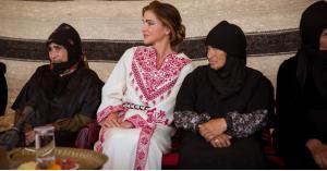 """الملكة رانيا تزور """"أم الرصاص"""" وتوعز بدعم مشاريع سيدات المنطقة"""
