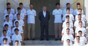 بالصور : جلالة الملك عبدالله الثاني يشارك الطلاب طابورهم الصباحي في كلية الحسين